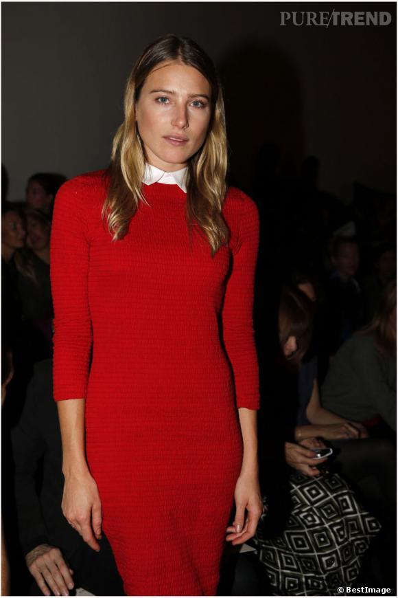 La top model opte pour une robe rouge aux manches mi-longues. Le détail en plus ? Le col haut !