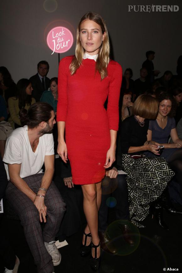 Sculpturale dans sa robe rouge pour le défilé Carven, Dree Hemingway attire toues les regards.