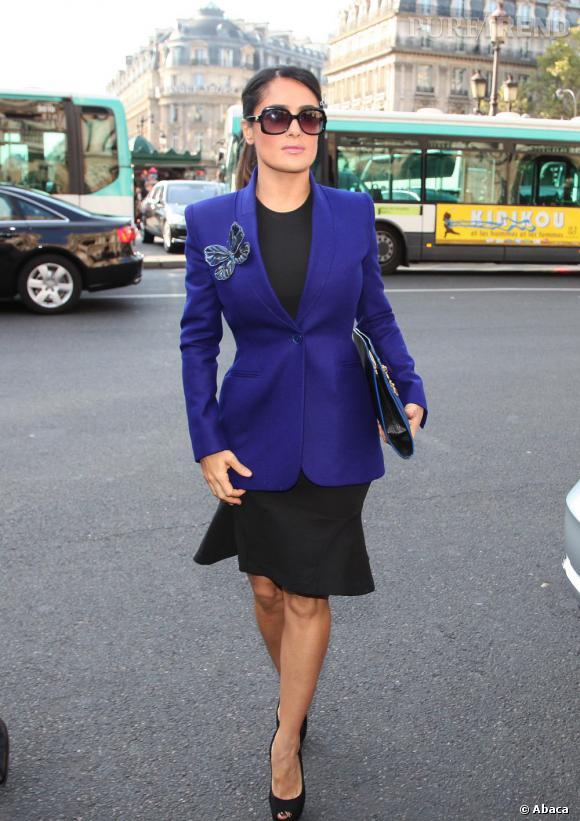 Salma Hayek choisit le bleu klein pour briller au défilé Stella McCartney.