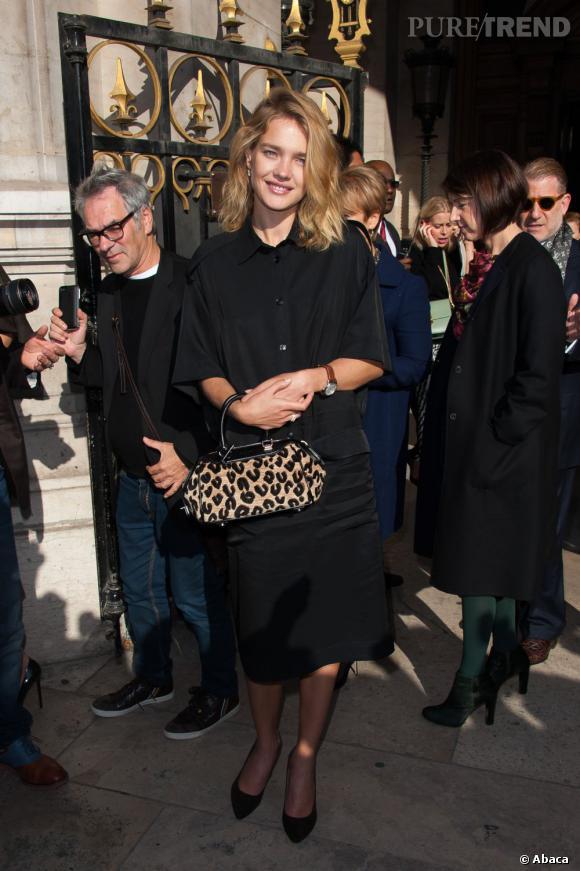 Natalia Vodianova rehausse son total look noir par un sac léopard au défilé Stella McCartney.