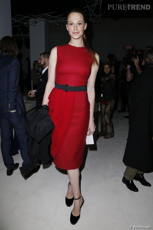 On retrouve Elettra Rossellini, cette fois en robe rouge au défilé Giambattista Valli.