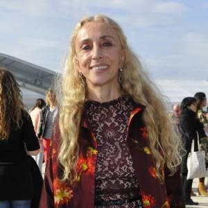 Franca Sozzani mêle dentelle et manteau fleuri au défilé Chloé.