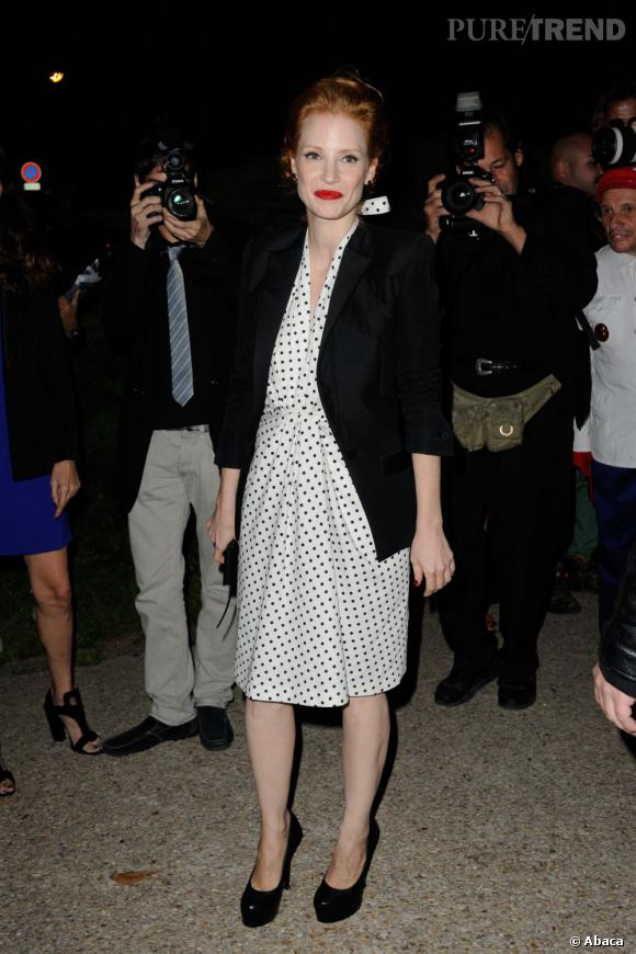 Jessica Chastain, un brin rétro pour le défilé Saint Laurent Paris.