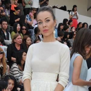 La russe Ulyana Sergeenko se la joue elle aussi danseuse, mais dans une robe immaculée pour Chloé.