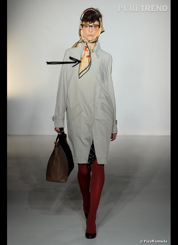 Comment porter le chapeau cet hiver ?      Comme chez Vivienne Westwood, on s'amuse et on noue un carré de soie en guise de couvre-chef.     Défilé Automne-Hiver 2012/2013