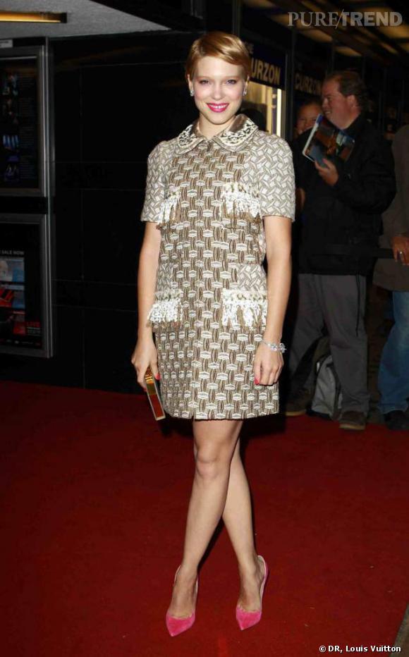 Léa Seydoux porte une robe en tweed Louis Vuitton croisière 2013, ainsi qu'une paire de boucles d'oreilles et un bracelet en or blanc, diamants et tourmalines roses Louis Vuitton Haute Joaillerie.