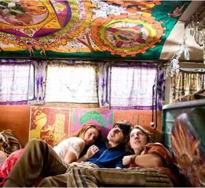 Le film : Hôtel Woodstock. L'histoire : Elliot, décorateur d'intérieur à Greenwich Village, traverse une mauvaise passe et doit retourner vivre chez ses parents, dans le nord de l'État de New York, où il tente de reprendre en mains la gestion de leur motel délabré. Menacé de saisie, le père d'Elliot veut incendier le bâtiment sans même en avoir payé l'assurance...Alors que la situation est tout simplement catastrophique, il apprend qu'une bourgade voisine refuse finalement d'accueillir un festival de musique hippie. Voyant là une opportunité inespérée, Elliot appelle les producteurs. Trois semaines plus tard, 500 000 personnes envahissent le champ de son voisin et Elliot se retrouve embarqué dans l'aventure qui va changer pour toujours sa vie et celle de toute une génération.