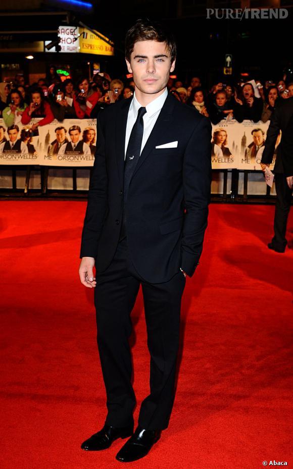 En 2010 :  Zac Efron part à la conquête d'un cinéma plus adulte, il opte pour le look qui va avec.