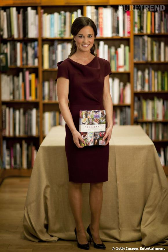 "Pippa Middleton a multiplié les tenues pour présenter son livre ""Celebrate : A Year of Festivities for Family and Friends"". Elle porte ici une robe Roksanda Ilincic."