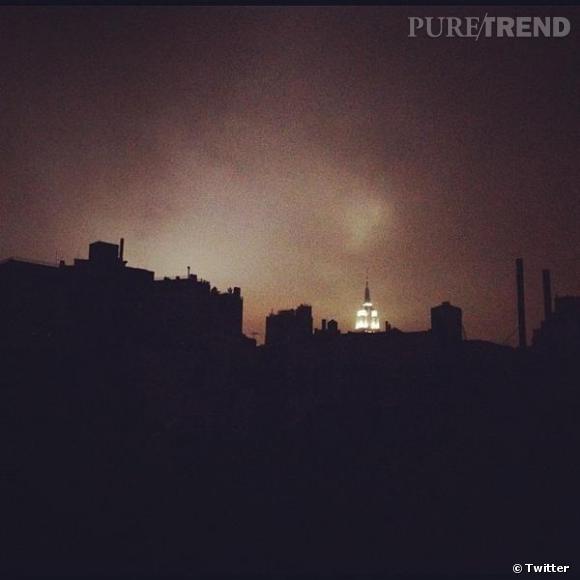 Alexa Chung retweet une photo de New York plongé dans le noir. Seul l'Empire State Building reste illuminé.