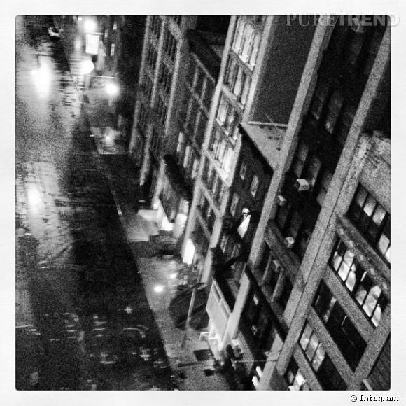 Miranda Kerr prend en photo la rue déserte devant chez elle.
