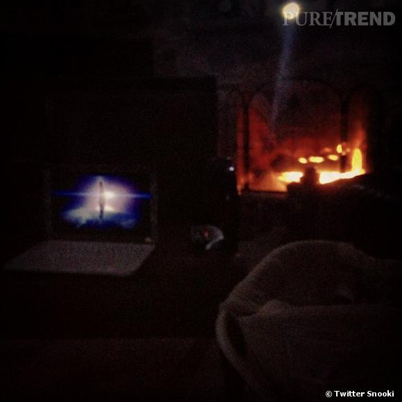 Avec le courant coupé dans le New Jersey, Snooki se contente d'un feu de cheminé pour s'éclairer.