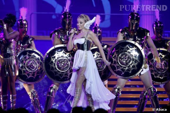 """Pour fêter ses 25 ans de carrière Kylie Minogue sort """"Kylie/Fashion"""". Il s'agit d'un livre retraçant son évolution stylistique avec des images d'archives de ses costumes de scène dessinés par Dolce & Gabbana et Galliano, entre autres."""