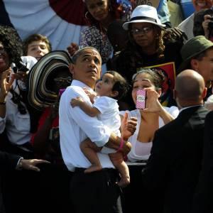 Sa proximité : Un autographe ? Une photo en compagnie d'un bébé ? En vrai star, le président fait le show.