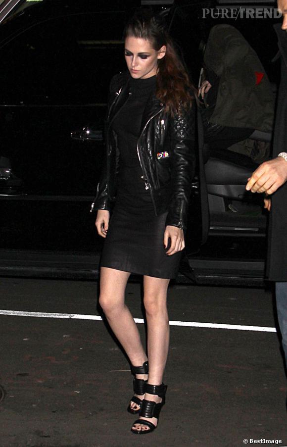 magasin en ligne 36b58 6b64d La jeune femme complète sa tenue avec un perfecto Balenciaga ...