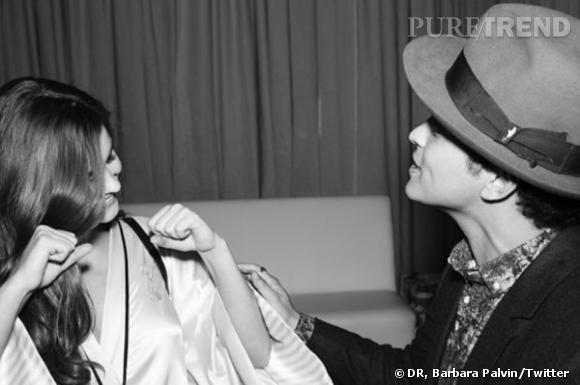 Barbara Palvin et Bruno Mars dans les coulisses.