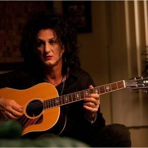 """Dans """"This Must Be the Place"""", Sean Penn joue un rocker sur le déclin qui n'a pas abandonné le khôl sur les yeux et le rouge à lèvres."""