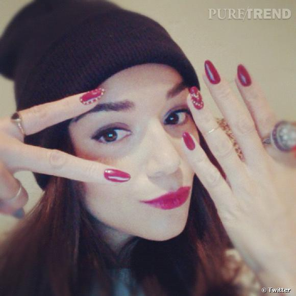 Ashley Madekwe nous montre son nail art : ongles en amandes et petits points blancs...
