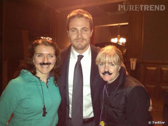 """Pour rendre hommage au mouvement """"Movember"""", Stephen Amell et l'équipe de """"Arrow"""" porte la moustache !"""