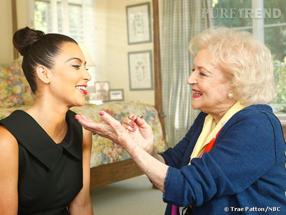 "Betty White donne des conseils beauté à Kim Kardashian dans son émission, ""Betty White's Off Their Rockers""."