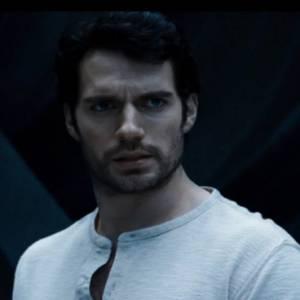 C'est Henry Cavill qui reprend le rôle de Clark Kent/Superman.