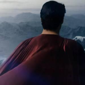 On retrouve évidemment la fameuse tenue de Superman, avec la cape rouge flamboyant.