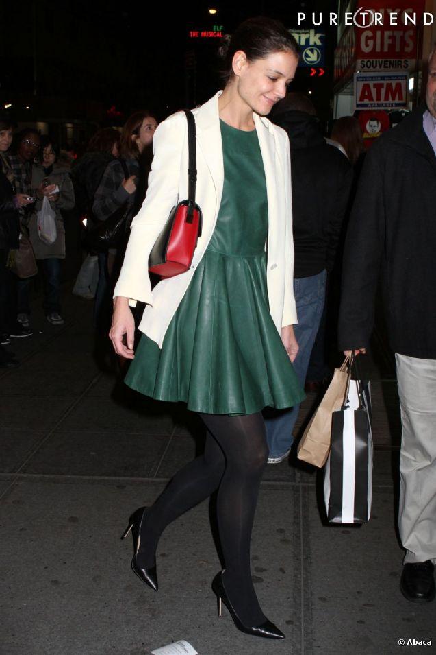 Katie Holmes porte une robe en cuir et des escarpins ...