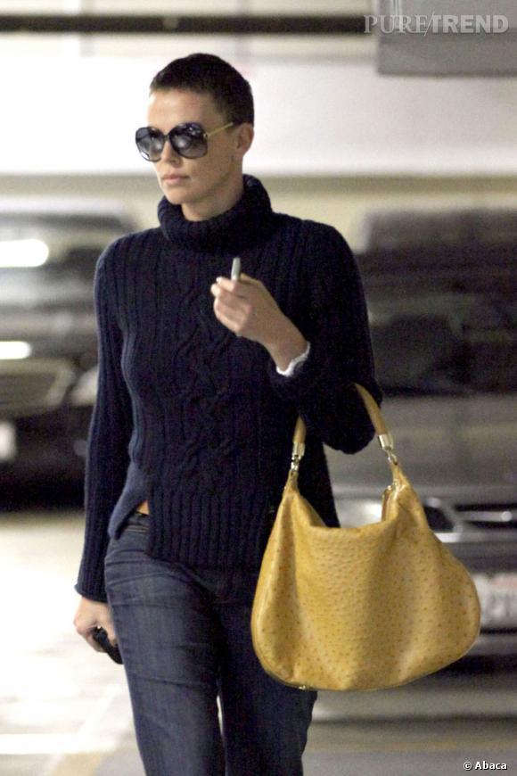 Charlize Theron fait une apparition discrète à Los Angeles.