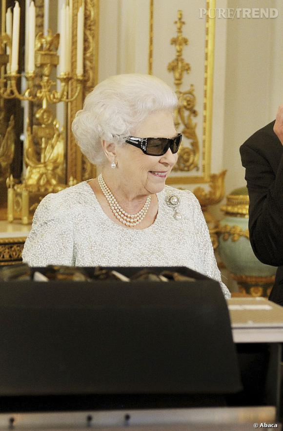 La reine Elizabeth II et ses lunettes 3D Swarovski.