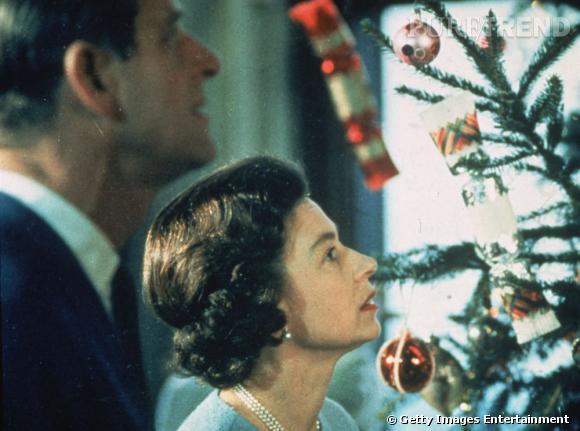 La Reine d'Angleterre contemplative devant son sapin de Noël.