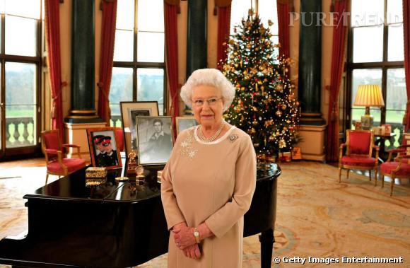 Elizabeth II devant le sapin pour changer.