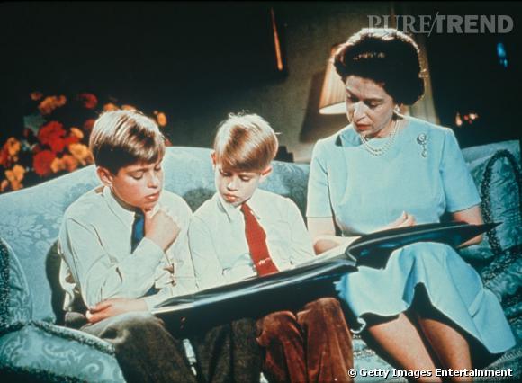 Elizabeth II fait la lecture à ses fils Andrew et Charles.