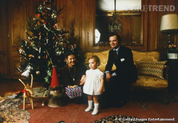 La Princesse Victoria de Suède enfant devant le sapin.