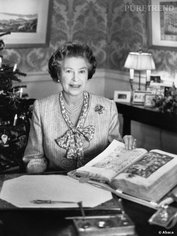 La Reine d'Angleterre fait semblant de travailler.