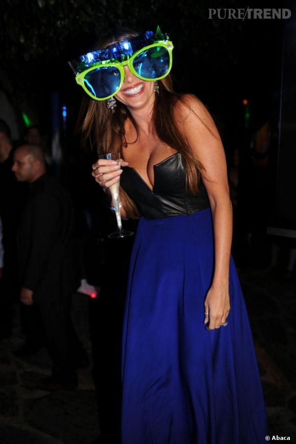 Sofia Vergara sait s'amuser ! Pour le Nouvel An elle s'essaie aux lunettes fluo !