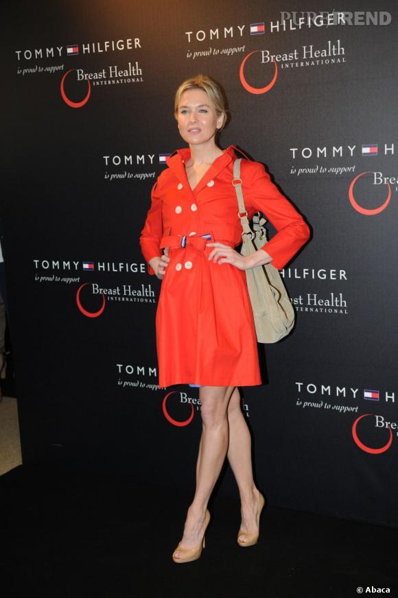 Renée Zellweger, super en trench orange Tommy Hilfiger.