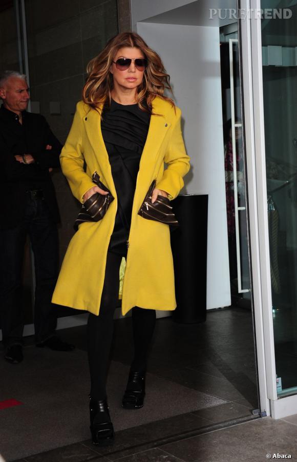 Fergie délicieusement tape à l'oeil reste fidèle à elle-même avec un manteau jaune. Idéal pour les peaux hâlées.
