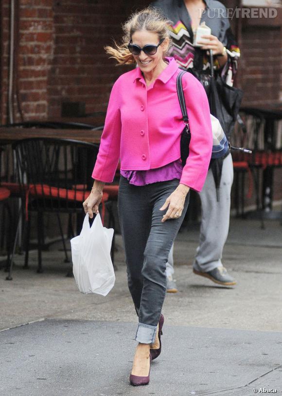 Sarah Jessica Parker voit la vie en rose avec son manteau fuschia.