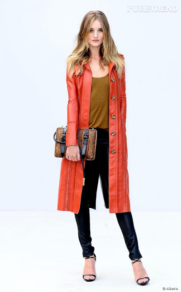 Rosie Huntington-Whiteley ose le trench orange et en cuir by Burberry Prorsum.