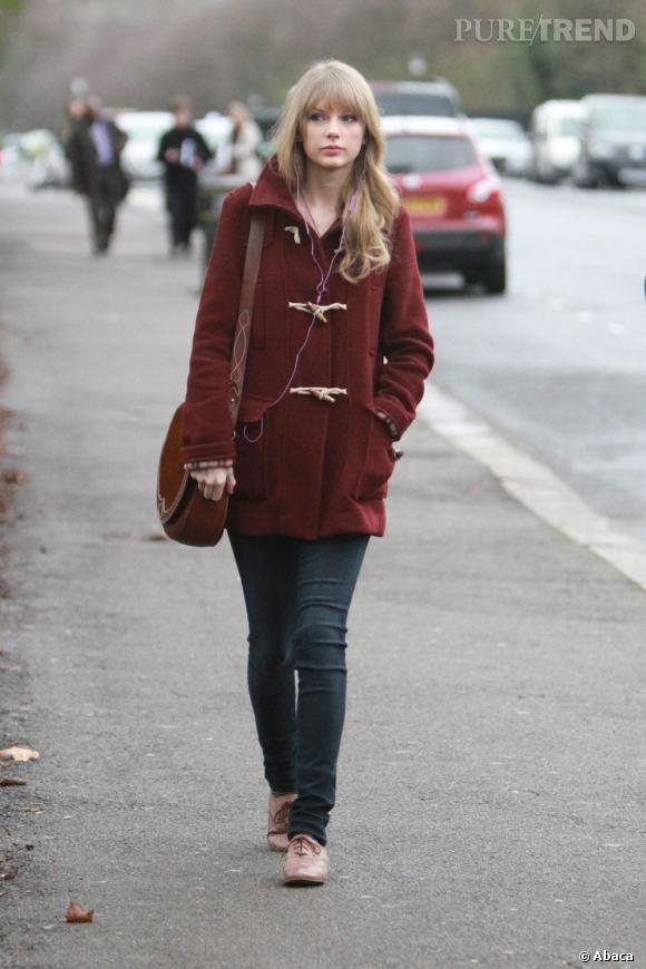 Taylor Swift adopte le manteau tendance lie de vin.