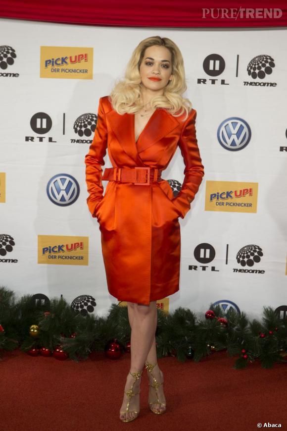Rita Ora, un trench orange et lamé !