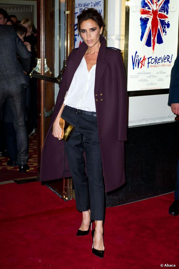 Victoria Beckham : impératrice du style avec son manteau violet.