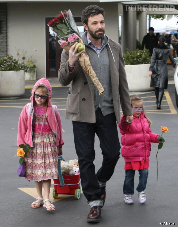 Ben Affleck garde la tête sur les épaules en emmenant ses filles Violet et Seraphina aux marché.