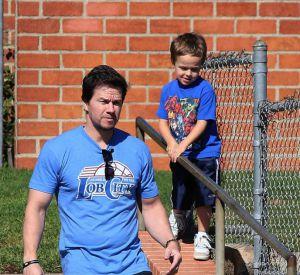 L'un a le même t-shirt bleu que son papa, l'autre a les mêmes baskets : adorable !