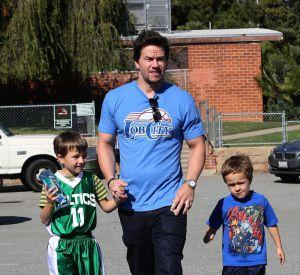 De son côté, Mark Wahlberg préfère jouer les gros durs avec ces deux petits garçons Michael et Brendan.