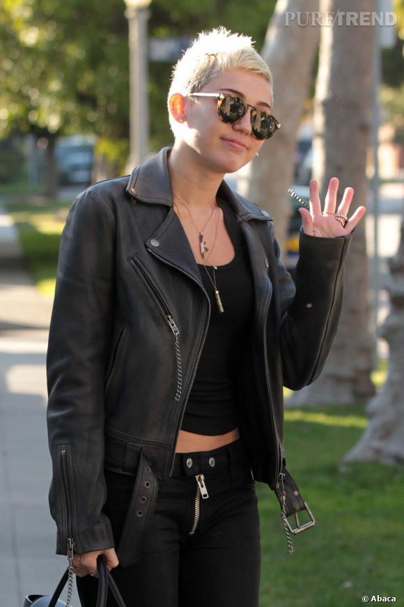 Miley Cyrus prend gentiment la pose pour les photographes, très fière de son look punk rock et mode.