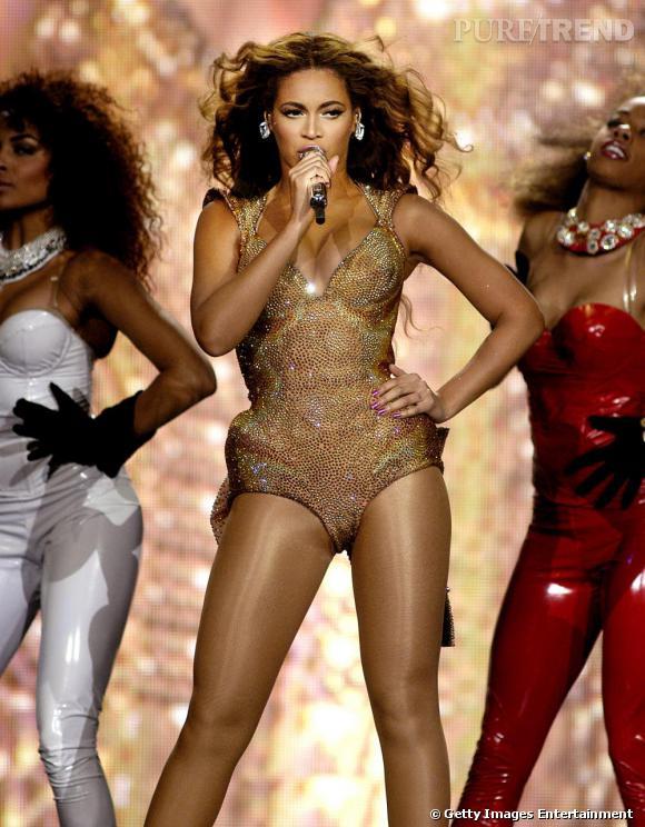 Beyoncé a un péché mignon sur scène : le body. Pour chanter au Brésil en 2010, elle l'aime entièrement doré.