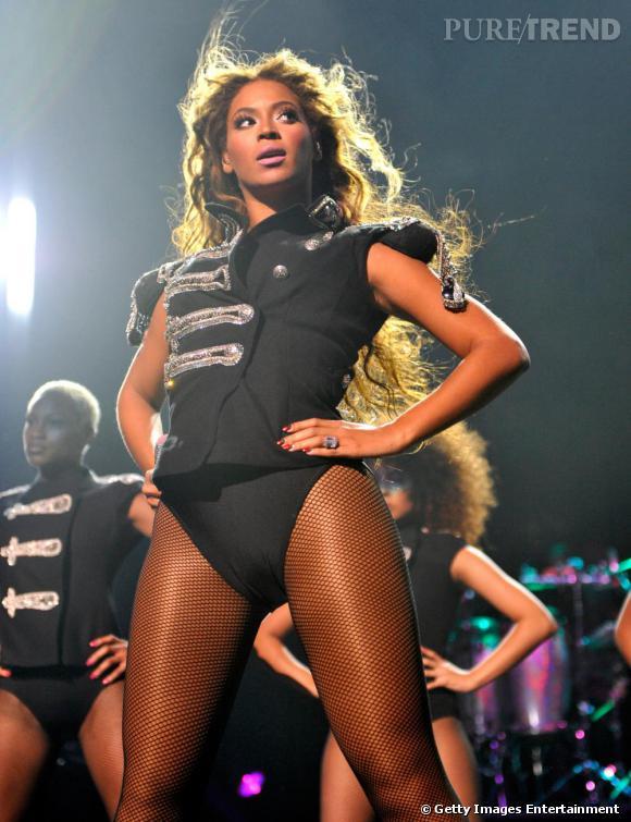 Beyoncé nous met au garde à vous en collant résille et maxi épaulettes.