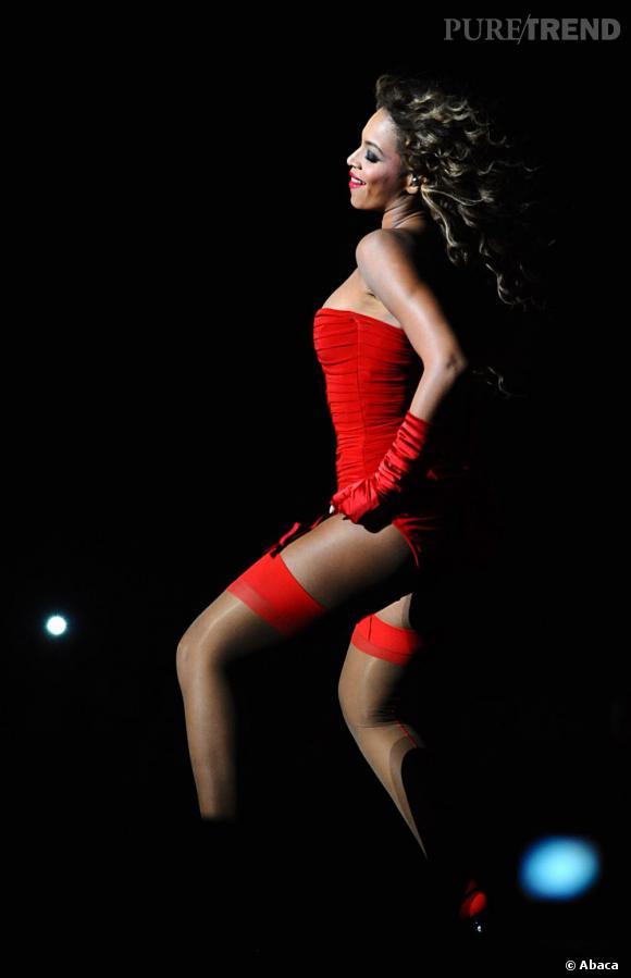 Beyoncé sait faire monter la température en dessous et porte-jarretelles rouges aux MTV Europe Music Awards 2009.