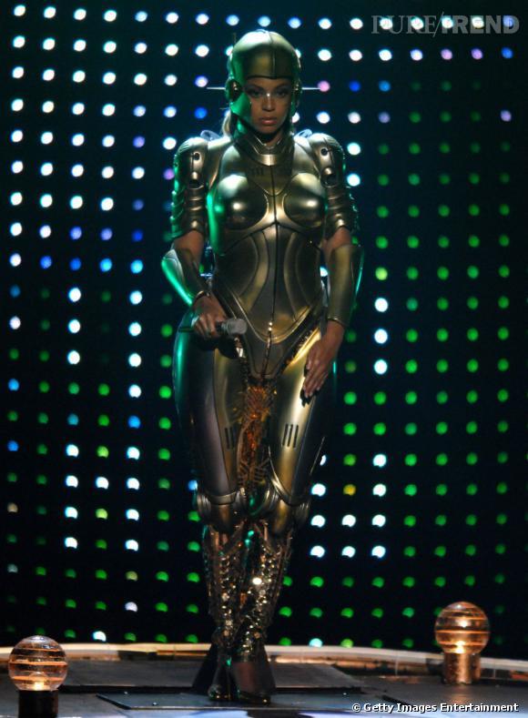 Beyoncé rend le costume de robot sexy.